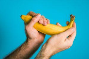 Руки и банан