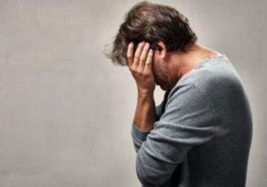 Мужчина грустит из-за импотенции